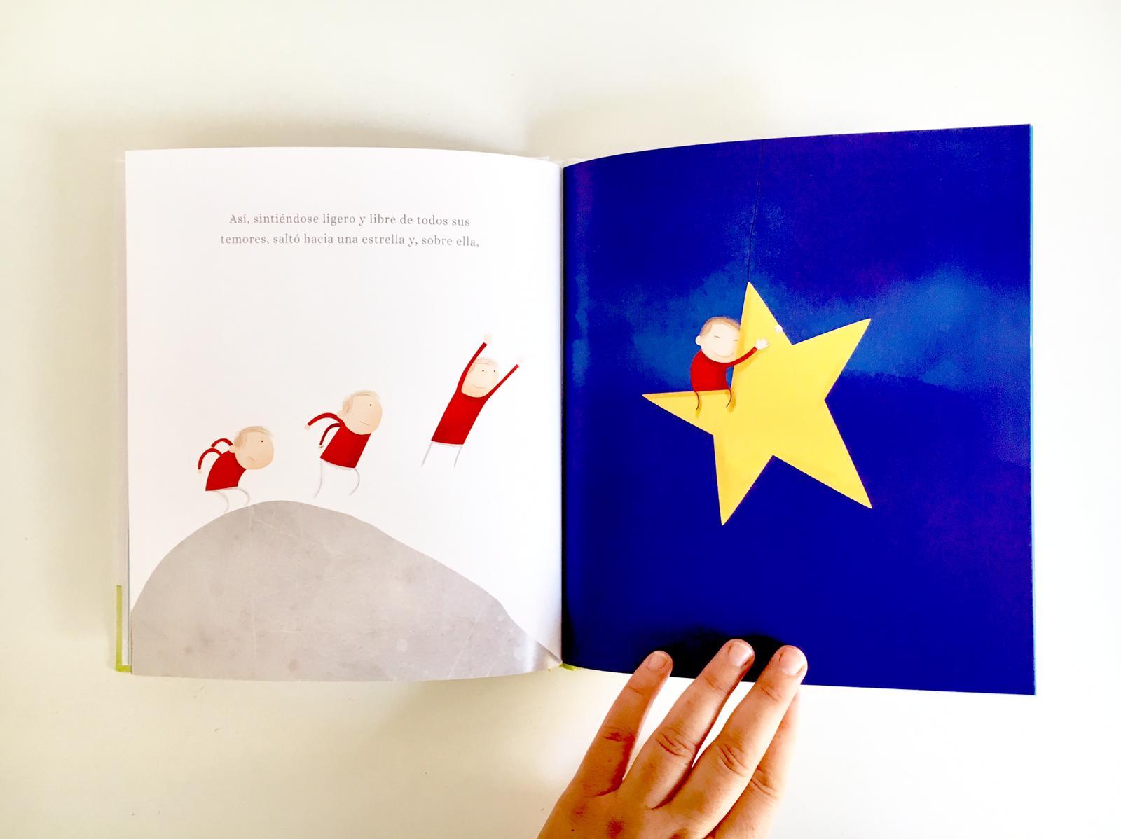 niño y el cofre alcanzando la estrella